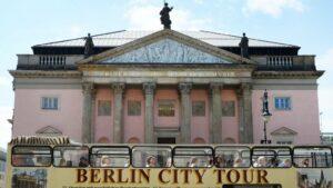 Un autobús turístico pasa por delante de la restaurada Ópera Estatal de Berlín