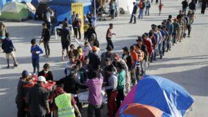 olicitantes de asilo esperan en fila para recibir comida en el albergue de El Barreal, en Tijuana, México, diciembre de 2018