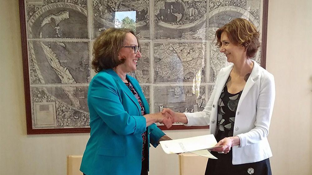 La secretaria de Estado de Turismo de España, Isabel María Oliver Sagreras, y la secretaria general iberoamericana, Rebeca Grynspan,