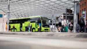 Un autobús de la empresa alemana Flixbus en la estación de autobuses de Hannover, Alemania