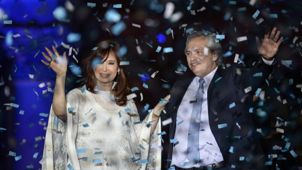 El presidente de Argentina, Alberto Fernández (D), y la vicepresidenta, Cristina Kirchner (I), saludan a sus seguidores en la toma de posesión de ambos, el 10 de diciembre de 2019 en Buenos Aires