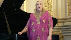 La soprano argentina María Castillo de Lima, que nació en Brasil como Felipe, canta durante un ensayo en el Teatro Colón en Buenos Aires, el 5 de diciembre de 2019