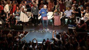 Los expresidentes de Brasil Luiz Inacio Lula da Silva (c) y Dilma Rousseff (c-izq), en un ato contra el actual mandatario, Jair Bolsonaro, el 18 de diciembre de 2019 en Rio de Janeiro