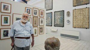 """Foto de archivo tomada el 29 de marzo de 2008, del artista franco-brasileño Francisco Brennand posando en su """"Academia"""", el mini museo donde exhibe sus pinturas en Recife, Brasil"""