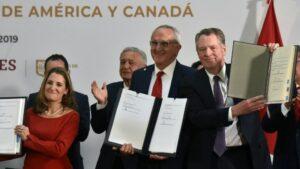 La vicepresidenta de Canadá, Chrystia Freeland (I); el representante comercial de EEUU, Robert Lighthizer (C); y el subsecretario de México para Norteamérica, Jesús Seade, firman las modificaciones del T-MEC, el 10 de diciembre de 2019 en México