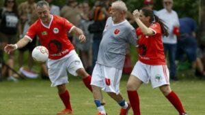 El expresidente de Brasil Luiz Inácio Lula da Silva (C) juega un partido de fútbol en la escuela nacional Florestán Fernandes del Movimiento de Trabajadores Rurales Sin Tierra, el 22 de diciembre de 2019 en Sao Paulo