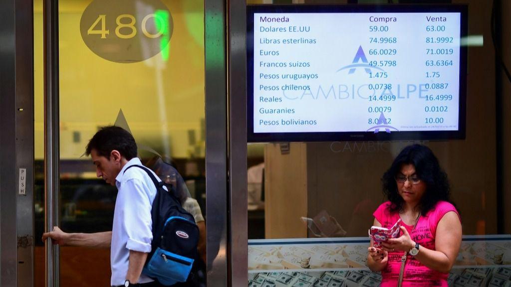 Los valores de cambio de divisas se muestran en el tablero de compra-venta de una casa de cambio en Buenos Aires, el 28 de octubre de 2019.
