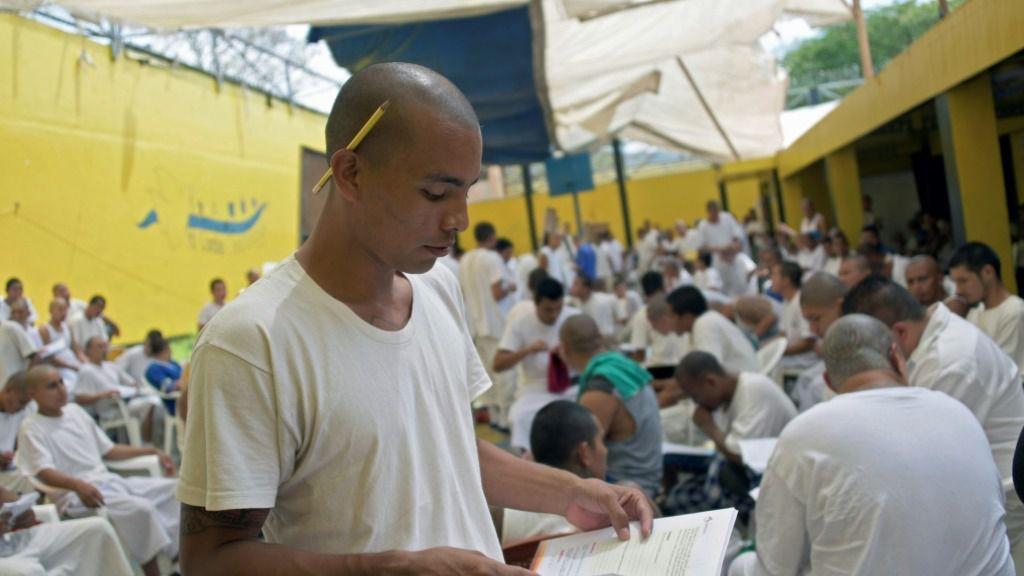 Foto de archivo tomada el 2 de abril de 2019, muestra a miembros de la pandilla MS-13 en una clase en la prisión de Chalatenango, a 84 km al norte de San Salvador