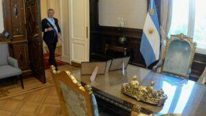 El presidente de Argentina Alberto Fernández entra a su oficina en la Casa Rosada luego de la ceremonia de asunción en el Congreso, el 10 de diciembre de 2019 en Buenos Aires