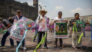 Padres de los 43 estudiantes desaparecidos en 2014 tras ser detenidos por la Policía de Iguana, en el estado de Guerrero