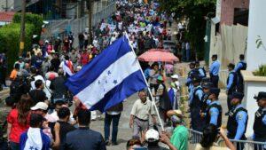 Marcha opositora por el bulevar Morazán, en el este de Tegucigalpa, el 19 de enero de 2020