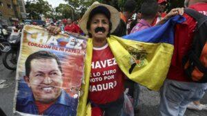 Un hombre sostiene una fotografía de Hugo Chávez