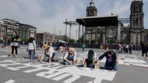 Nombres de mujeres asesinadas pintados en el Zócalo de Ciudad de México