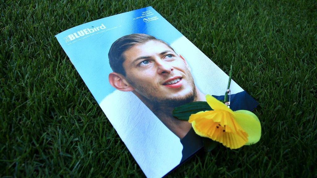 Una flor se posa sobre el retrato de Emiliano Sala