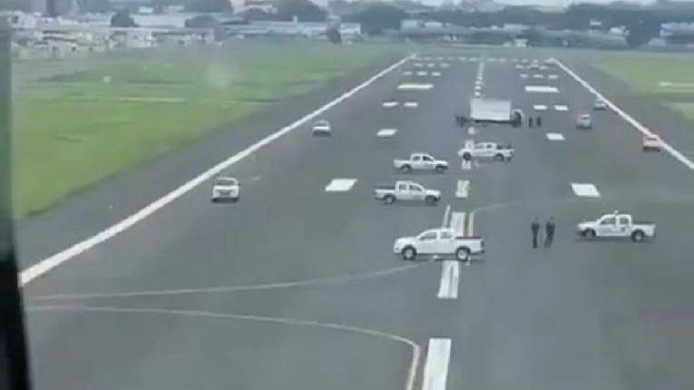 Imagen del bloqueo de la pista de aterrizaje del aeropuerto de Guayaquil