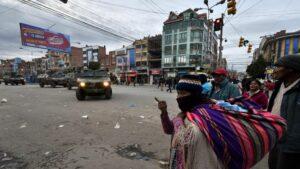 Vehículos del Ejército de Bolivia patrullan las calles de la ciudad de El Alto para hacer que se cumpla la cuarentena de 14 días decretada por el Gobierno como medida de contención del coronavirus