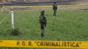 Soldados mexicanos vigilan el escenario de una investigación criminal