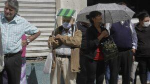 Pensionistas con mascarilla en Tucumán