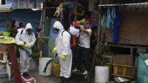 Labores de desinfección en la favela de Santa Marta, en el barrio de Botafogo, Río de Janeiro