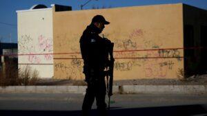 Policía vigila una escena del crimen