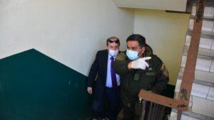 El exministro de Salud de Bolivia Marcelo Navajas acompañado por la Policía tras su arresto
