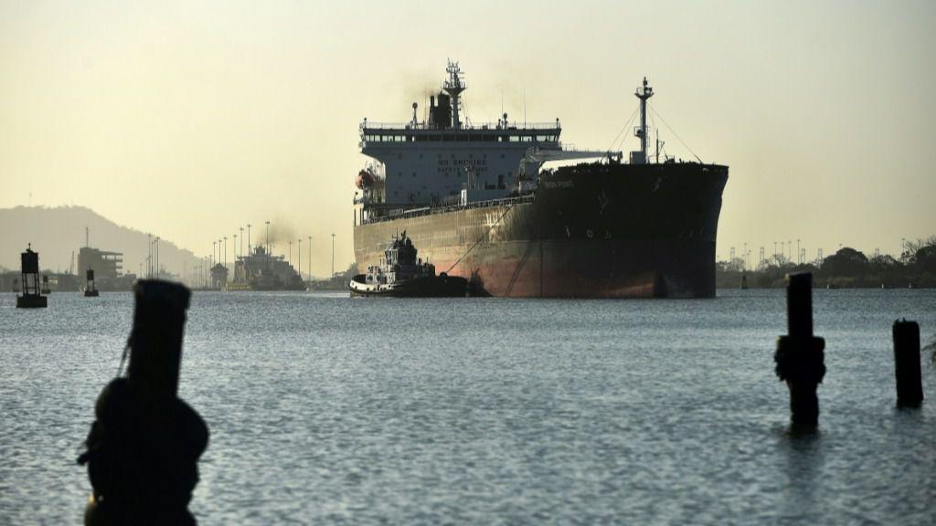 Un buque atraviesa el Canal de Panamá