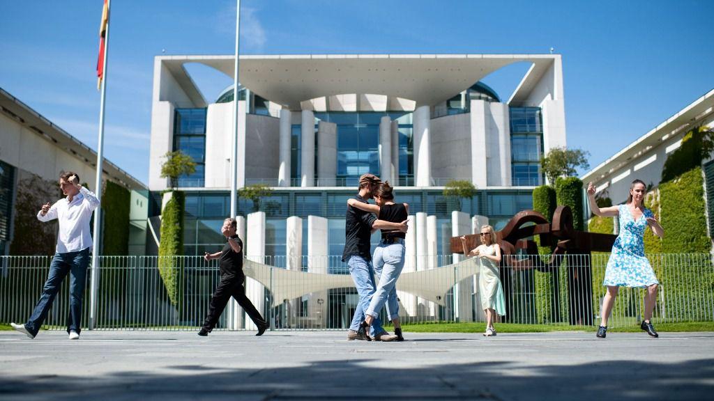 Bailarines de tango ante la Cancillería en Berlín