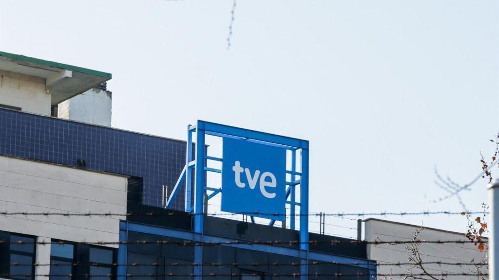 Logotipo de Televisión Española en la sede de RTVE en Prado del Rey, Madrid