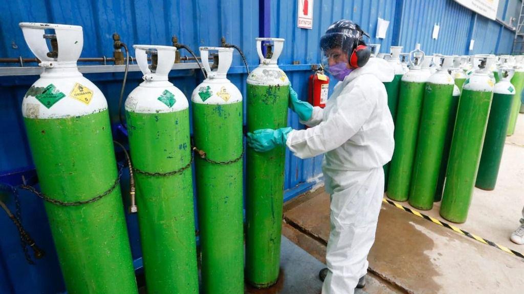 Almacén con bombonas de oxígeno durante la pandemia de coronavirus en Perú