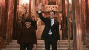 El presidente encargado de Venezuela, Juan Guaidó , saluda junto a la ministra de Asuntos Exteriores, UE y Cooperación, Arancha González Laya, en Madrid