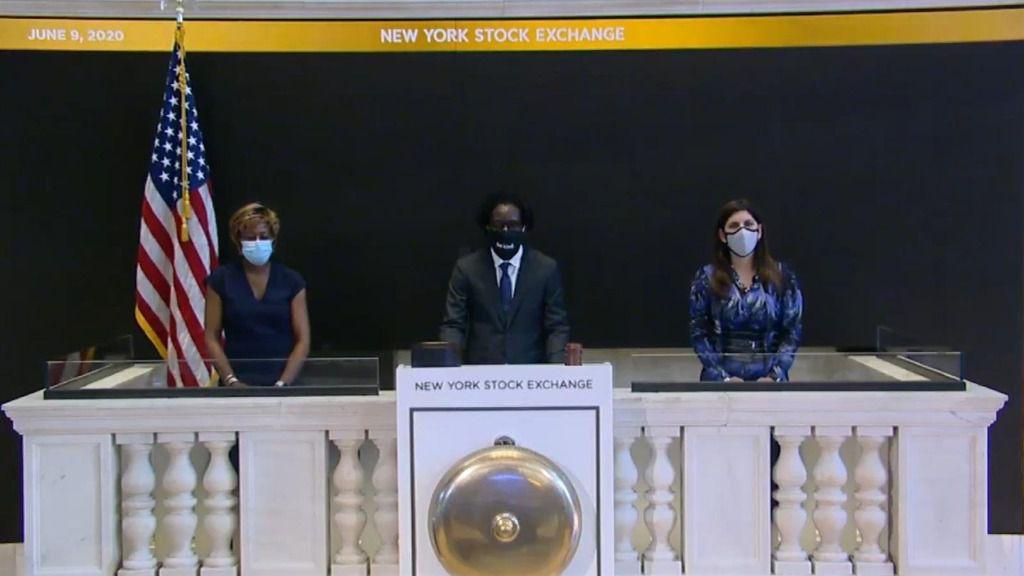 El director gerente de Goldman Sachs, Frederick Baba (centro), acompañado de la miembro del consejo de administración de Intercontinental Exchange, Sharon Bowen (derecha), y la presidenta de la Bolsa de Nueva York, Stacey Cunningham