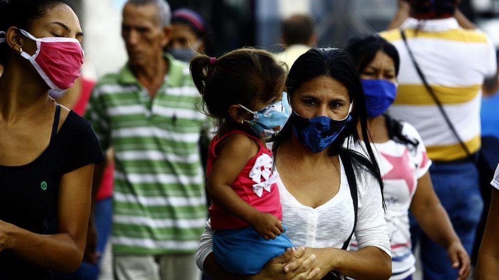 Varias personas con mascarilla en Venezuela por el coronavirus