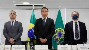El ministro de Justicia, André de Almeida Mendonça ; el presidente de Brasil, Jair Bolsonaro; y el titular de Economía, Paulo Guedes