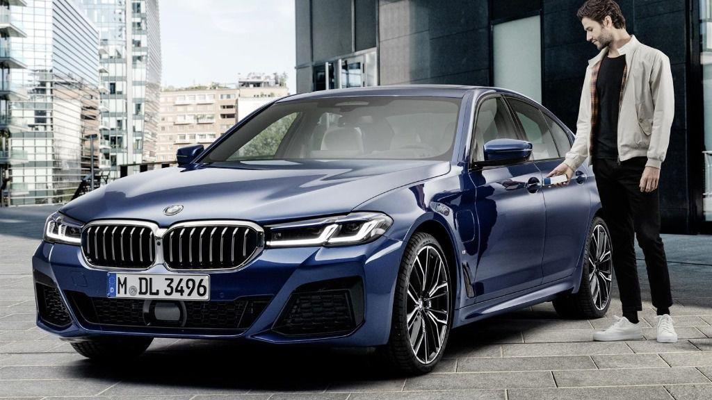 Imagen de un cliente de BMW utilizando su iPhone para abrir su vehículo