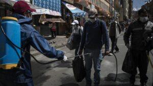 Tareas de desinfección en La Paz durante la pandemia de coronavirus en Bolivia