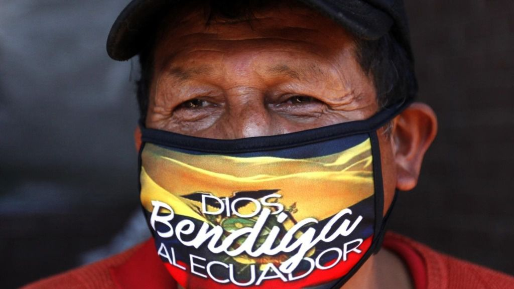 Imagen de un hombre con mascarilla en Ecuador