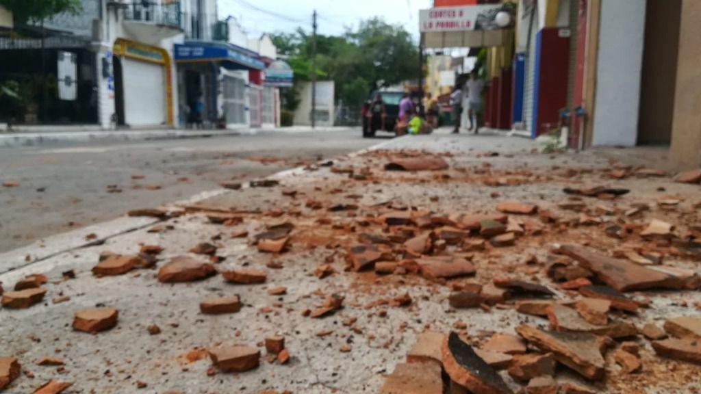 Restos de baldosas en el municipio de La Crucecita tras el terremoto de 7,5 registrado el martes con epicentro en el sur del país