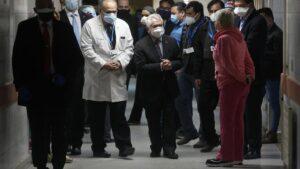 El ministro de Salud de Chile, Enrique Paris, visitando un hospital