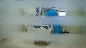 Personal médico del Hospital de Parelheiros, en Sao Paulo, atiende a un paciente de COVID-19
