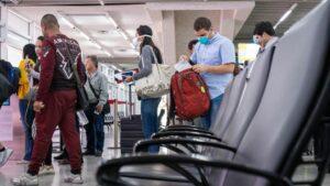 Pasajeros con mascarillas por el coronavirus en el aeropuerto de La Lima, Honduras