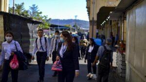 Personas con mascarilla en San Salvador