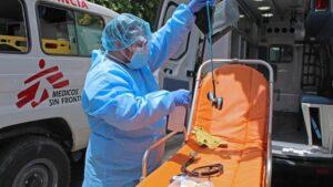 El servicio de ambulancias de MSF desinfecta el equipo tras una intervención en la ciudad de Soyapango durante la pandemia de coronavirus en El Salvador