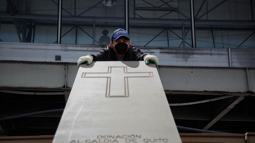 Un hombre con un ataúd en Ecuador durante la pandemia de coronavirus