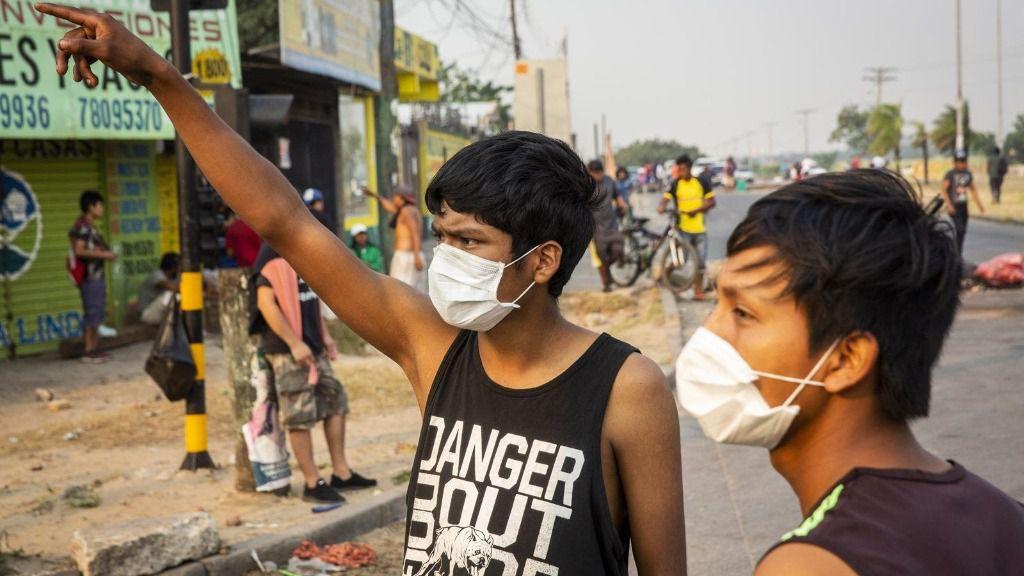 Vecinos de la ciudad boliviana de Santa Cruz con mascarillas por el coronavirus