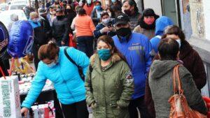 Personas hacen la compra en Chile