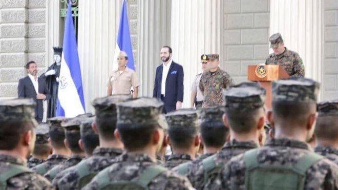 Militares de El Salvador con el presidente Nayib Bukele