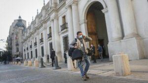 Un periodista en el Palacio de La Moneda de Chile durante la pandemia de coronavirus