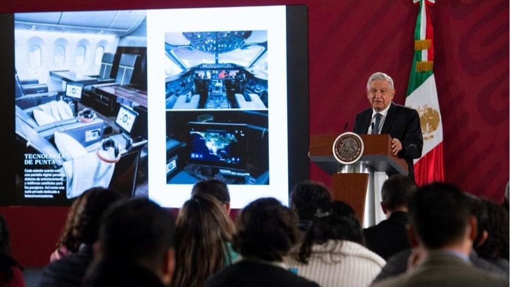 Andrés Manuel López Obrador junto a imágenes del avión presidencial