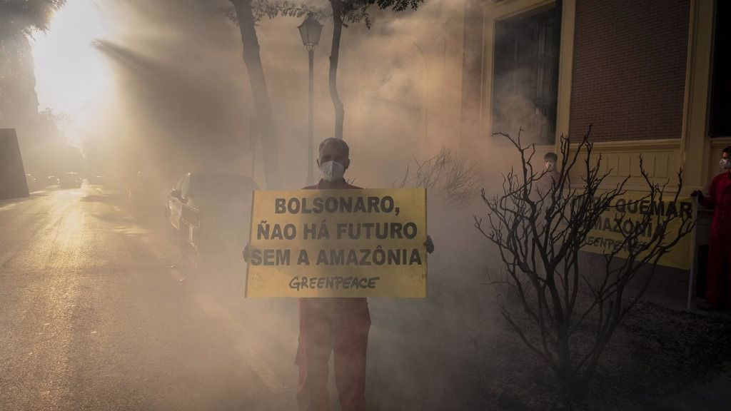 Greenpeace protesta ante la embajada de Brasil en Madrid por los incendios del Amazonas