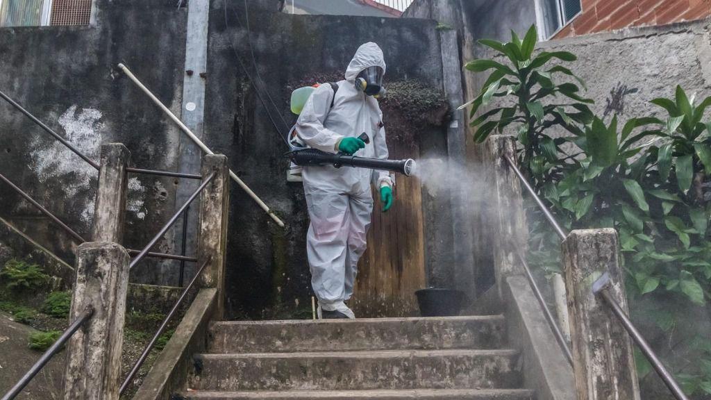Trabajos de desinfección en una favela de Brasil durante la pandemia de coronavirus